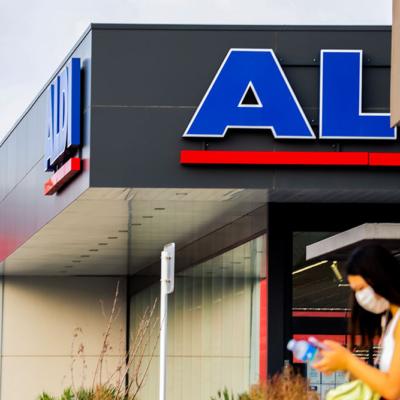 Fotografía exterior del supermercado Aldi con detalle al cartel