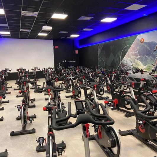Máquinas en el interior de gimnasio